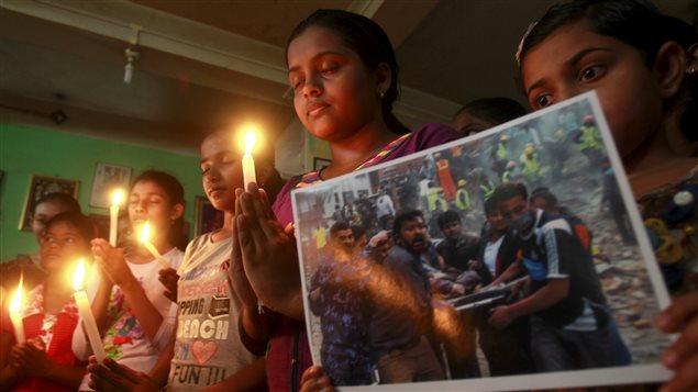 Des Indiennes prient pour les vicitmes du séisme au Népal.