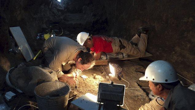 Des archéologues au travail dans le tunnel.