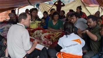 Michael Messenger, nouveau PDG de Vision Mondiale Canada, s'entretient avec des sinistrés népalais.