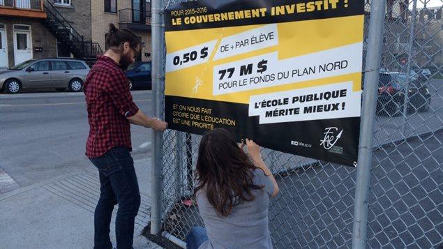 Des enseignants ont placardé des affiches aux abords de 800 écoles situées sur les territoires des syndicats de la FAE afin de dénoncer les choix budgétaires du gouvernement du Québec.