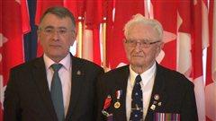 L'ambassadeur de France au Canada Nicolas Chapuis et le vétéran Arthur Ramshaw.