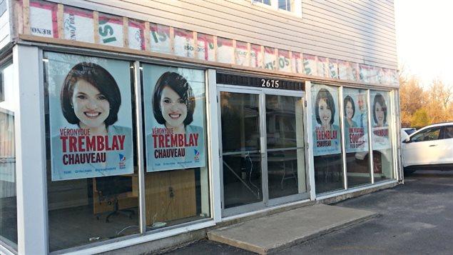 La candidate libérale Véronyque Tremblay a installé ses premières pancartes dans Chauveau.