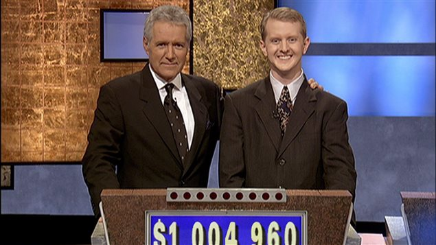 L'animateur Alex Trebek (à g.) en compagnie d'un participant à son jeu-questionnaire Jeopardy!