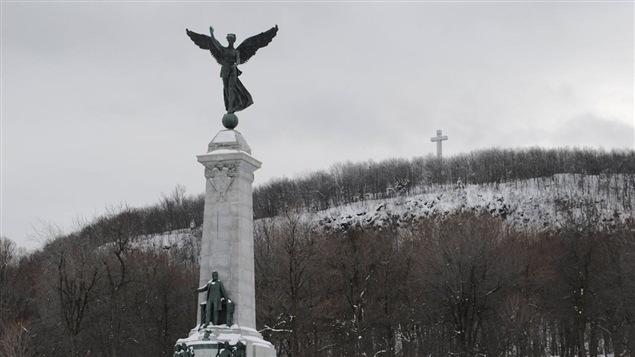 Le mont Royal, sa statue face à l'avenue du Parc et sa croix