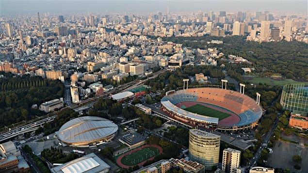 La ville de Tokyo et le stade olympique où auront lieu les cérémonies d'ouveture et de fermeture