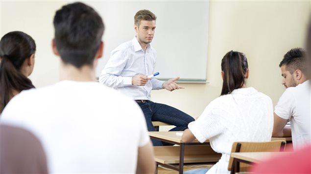 Un enseignant avec ses élèves dans une classe