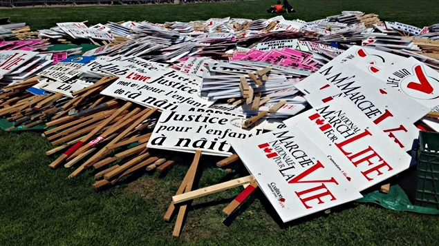 Les pancartes des manifestants pro-vie, qui organisent une marche sur la colline du Parlement, à Ottawa. (14-05-15)