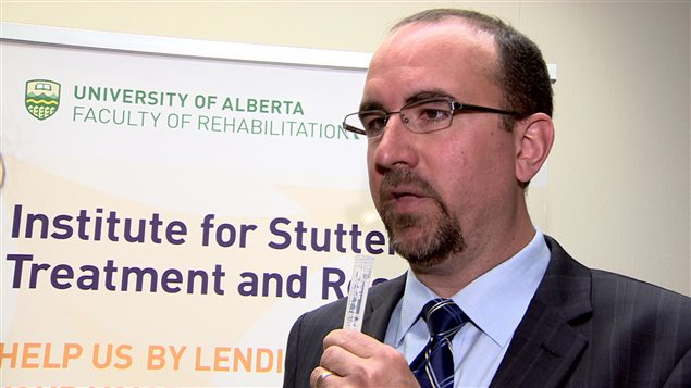 Le directeur de l'ISTAR montre la fiole qui permet de récupérer un échantillon de salive.