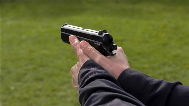 Quelqu'un tenant un fusil