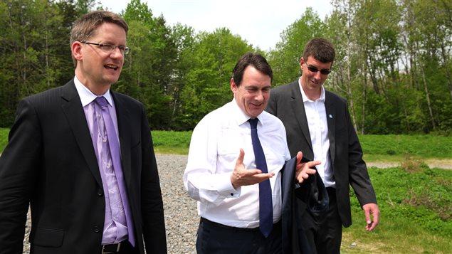 Sylvain Gaudreault et Pierre Karl Péladeau en compagnie du candidat Sébastien Couture.