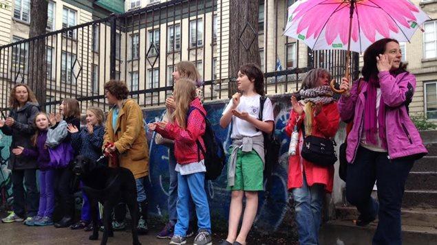 Chaîne humaine devant l'école Face à Montréal