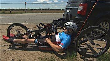 Charles Moreau s'entraîne avec son vélo à main, fait en carbone.