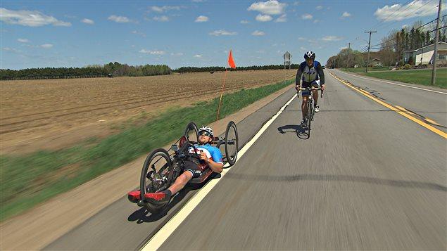 Le paracycliste Charles Moreau s'entraîne avec son ami Steve Gauthier