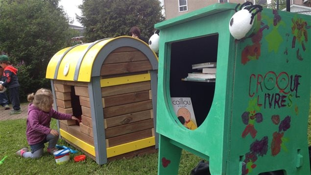 Des coffres à jouets et des boîtes de livres seront mis à disposition des enfants dans une dizaine de parcs de Rouyn-Noranda dès la fin des classes.