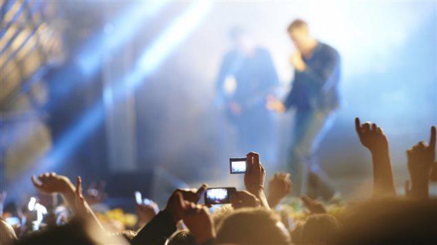 Une foule assiste à un concert de musique
