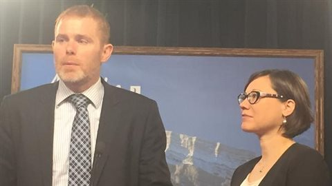 Le professeur à l'Université de l'Alberta Andrew Leach et la ministre de l'Environnement, Shannon Phillips