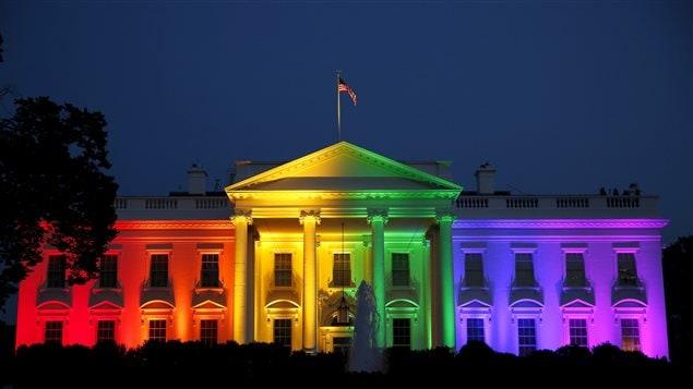 La maison blanche aux couleurs de l 39 arc en ciel pour c l brer le mariage - La maison de la couleur ...