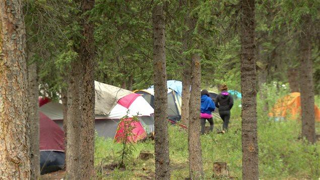deux jeunes filles se dirigent vers des tentes dans les bois