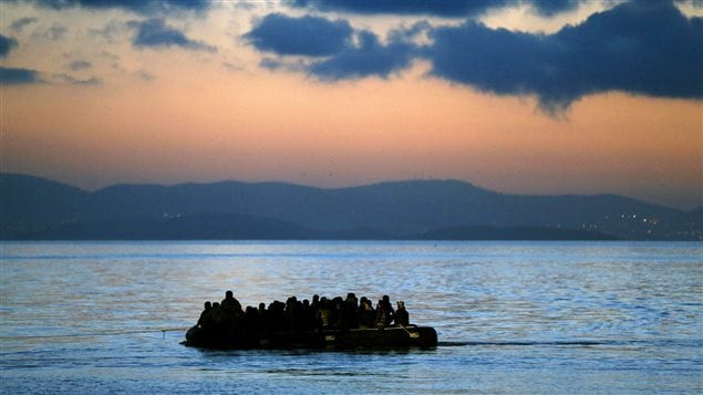 Un bateau de migrants illégaux d'Afghanistan et de la Turquie est remorqué par la garde côtière grecque.