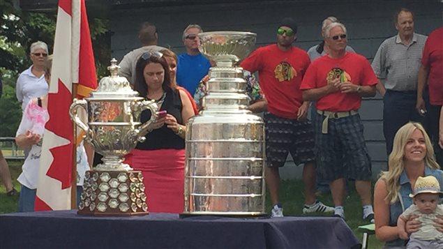 Des résidents de Lively, dans le Grand Sudbury, contemplent la Coupe Stanley lors du passage d'Andrew Desjardins, ailier gauche des Blackhawks de Chicago