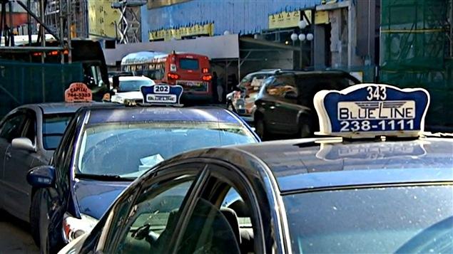 Des chauffeurs de taxi attendent les clients au centre-ville d'Ottawa. (31-07-15)