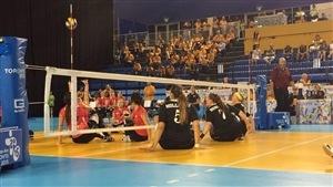 Les Canadiennes contre les Américaines en volleyball assis