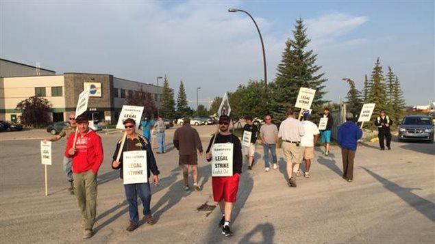 Des employés de Burnco ont manifesté lundi matin devant les bureaux de l'entreprise, à Calgary.