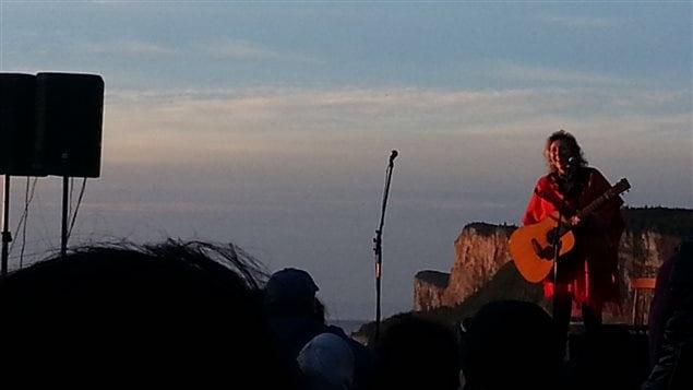 La prestation de Martha Wainwright au parc Forillon, au lever du soleil, a ému la foule.
