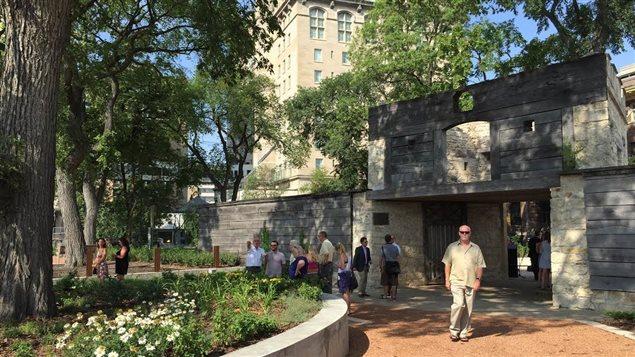 Outre l'application mobile lancée vendredi, les Amis d'Upper Fort Garry espèrent construire un mur patrimonial et centre d'interprétation dans le nouveau parc provincial du patrimoine, à Winnipeg.