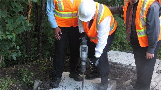 Denis Coderre prête main forte aux cols bleus qui retirent une dalle de béton installée par Postes Canada