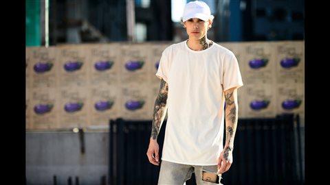 Un jeune homme savamment tatoué