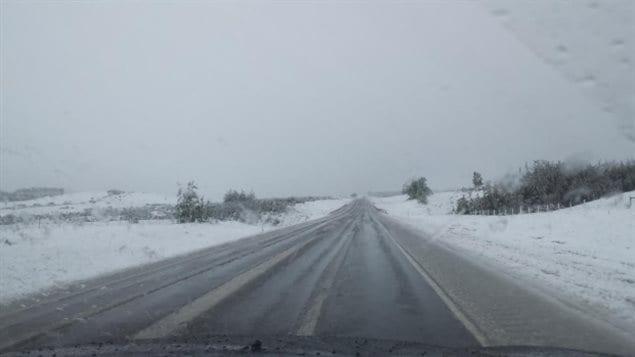 De la neige sur l'autoroute 22, au sud de Calgary