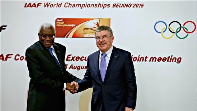 Le président de l'IAAF, Lamine Diack (gauche), et celui du CIO, Thomas Bach