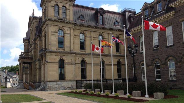 Des drapeau flottent devant l'Assemblée législative du Nouveau-Brunswick