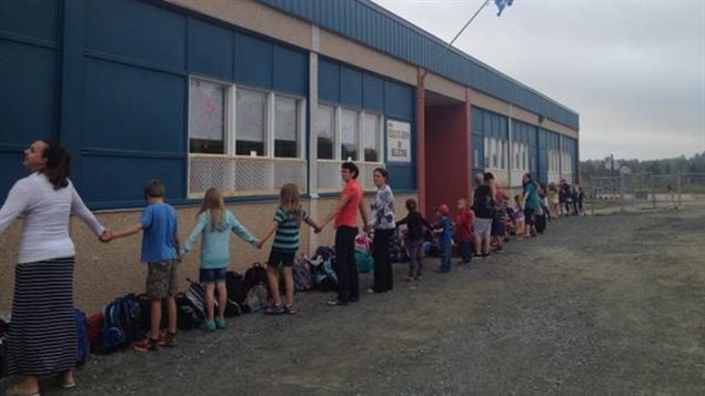 Chaîne humaine devant l'école St-Jospeh du quartier Bellecombe de Rouyn-Noranda