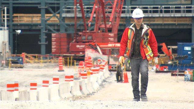 Un employé d'Hydro-Québec devant le chantier de la centrale Romaine 3