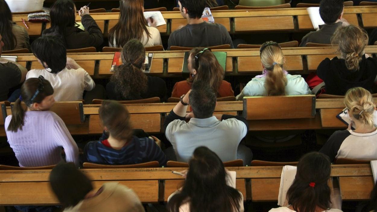 Des étudiants en amphithéâtre à l'université