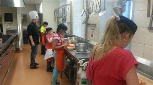 À Québec, des jeunes aux prises avec un TDAH s'exercent dans les cuisines du Collège Mérici.
