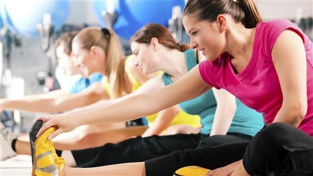 Un groupe s'étire dans un gym.