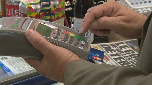 Un client paie avec sa carte de crédit