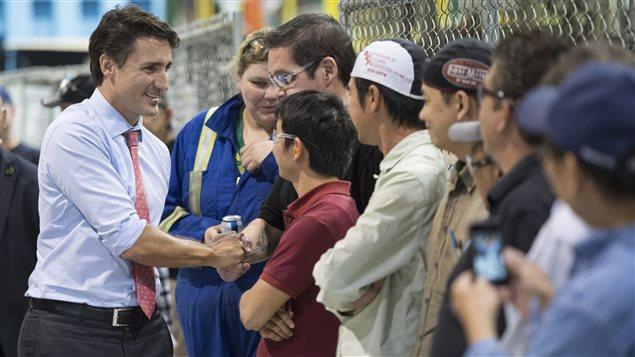 Justin Trudeau a salué des travailleurs d'une usine de transformateurs de Winnipeg.