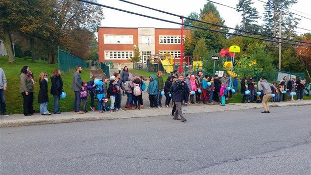Chaîne humaine devant l'école Sainte-Anne de Sherbrooke