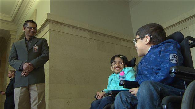 Khadidja Amir, 10 ans et Muhammad Abdullah, 12 ans, avec leur père au Palais législatif de la Saskatchewan.