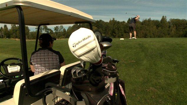 Golfeurs sur le terrain de Golf Fort-Prevel de la SEPAQ en Gaspésie