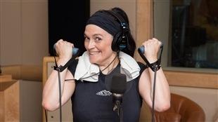 Véronick Raymond raffole de la méthode Tabata, au point où elle profite de quelques moments de calme en studio pour réaliser une courte séance d'entraînement.