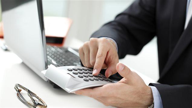 Un homme analyse des données financières
