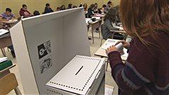 Des élèves participent à une simulation de vote