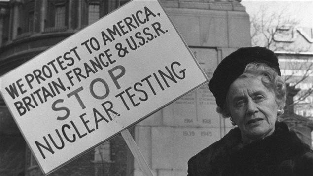 Thérèse Casgrain milite contre les essais nucléaires.