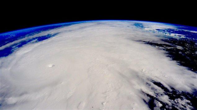 À 400km au-dessus de la Terre, dans la Station spatiale internationale, l'astronaute américain Scott Kelly a tweeté une photo de l'énorme masse nuageuse de l'ouragan Patricia alors que celui-ci approchait des côtes.