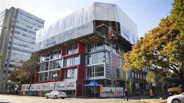 Construire une tour en commen ant par le toit ici radio for Architecture upbrella